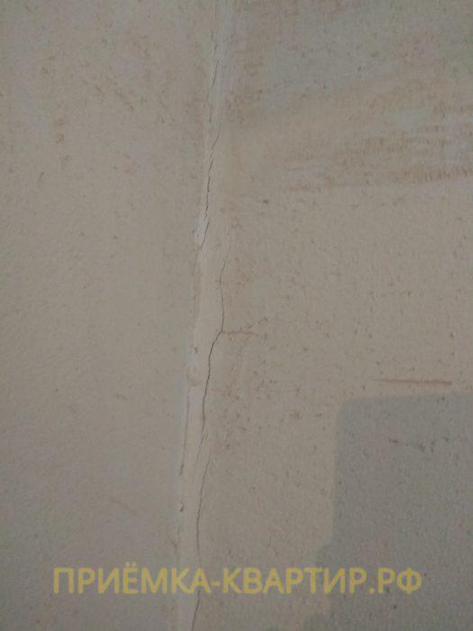Приёмка квартиры в ЖК Приневский: трещины на поверхности стены