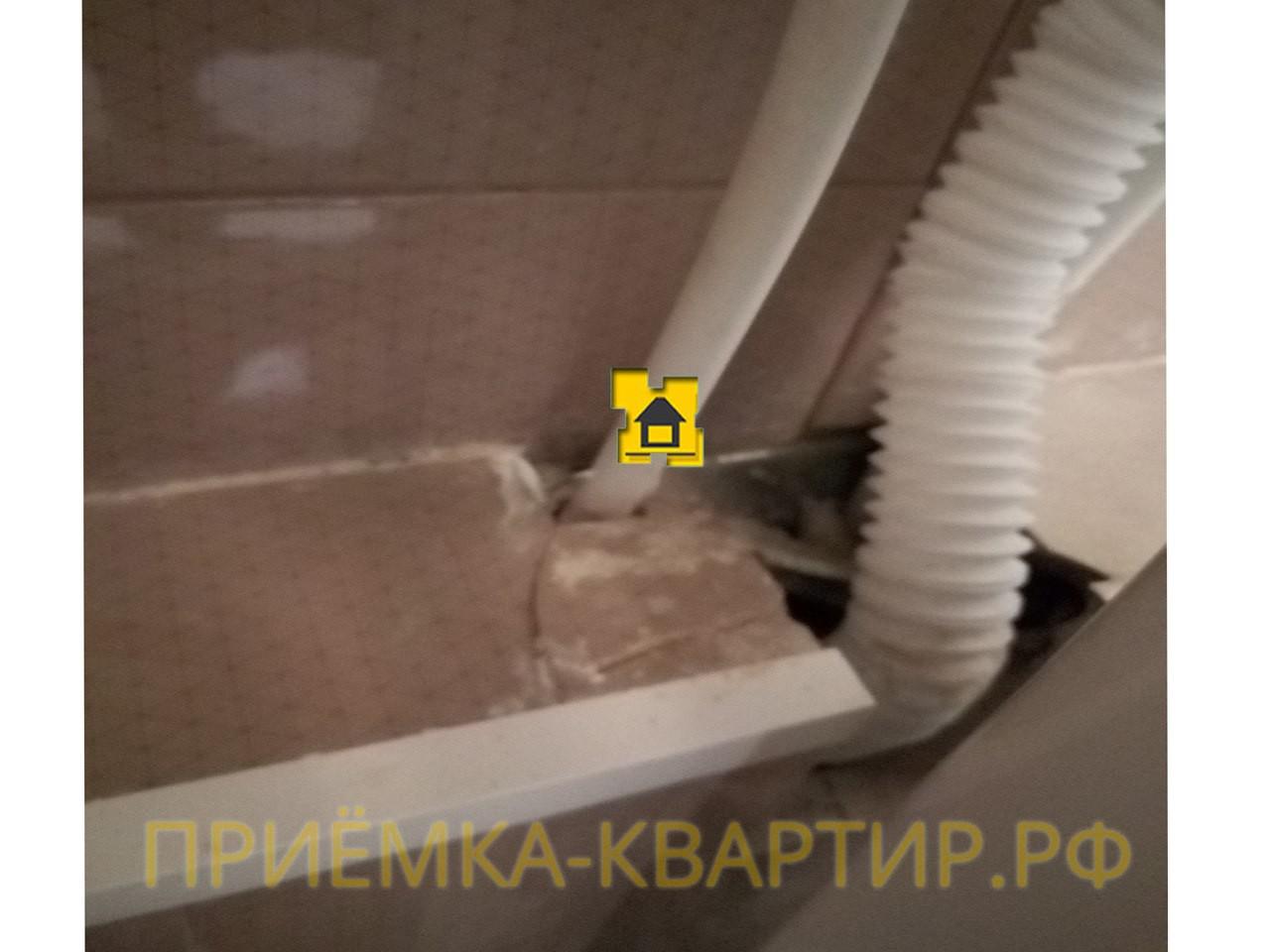Приёмка квартиры в ЖК Новое Мурино: Разбита плитка в районе выхода коммуникаций
