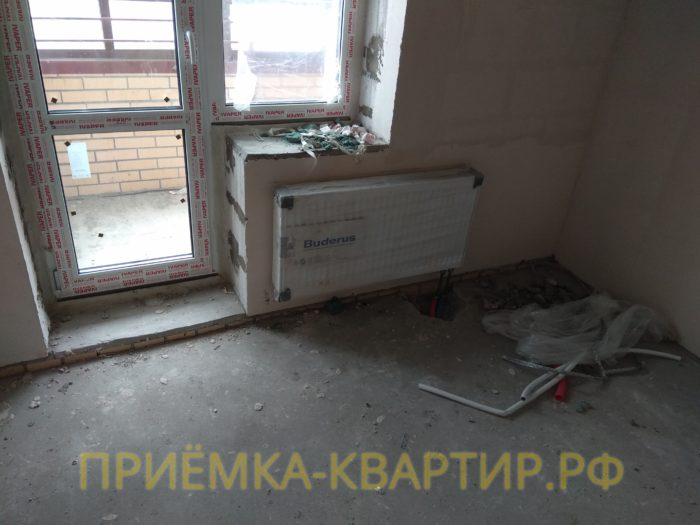 Приёмка квартиры в ЖК Новое Мурино: разбита стяжка в районе нижнего подключения радиатора отопления