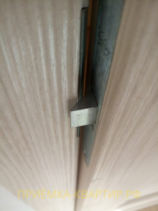 Приёмка квартиры в ЖК : неправильно установлен замок (собачка замка задевает обналичник)