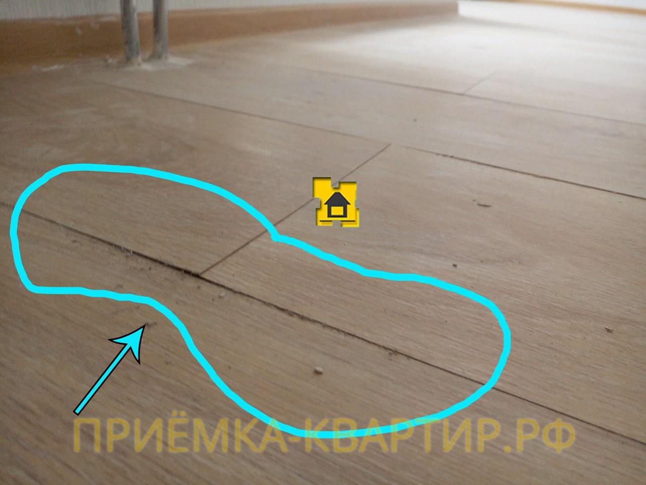 Приёмка квартиры в ЖК Новое Мурино: Дефекты по напольному покрытию, скорее всего, была протечка в коммуникации и от воды поднялся ламинат