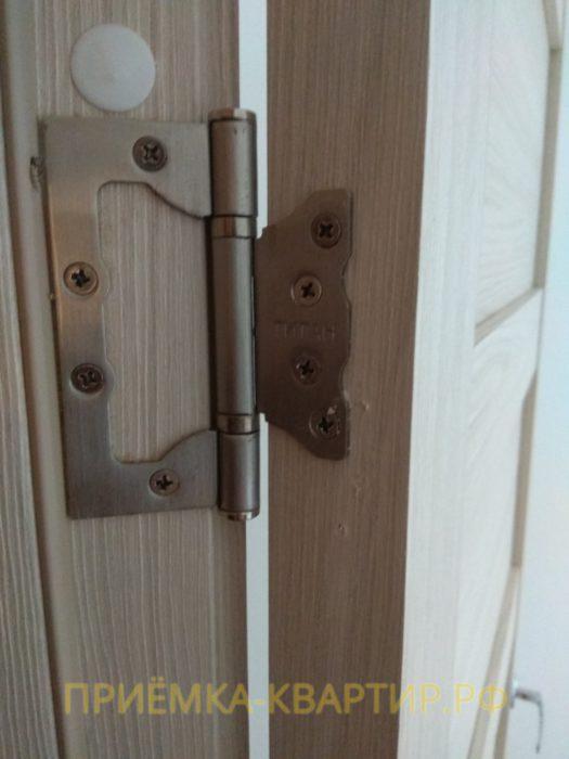 Приёмка квартиры в ЖК Новое Мурино: повреждено дверное полотно при установке петель