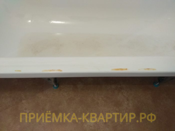 Приёмка квартиры в ЖК Колпино: ванна испачкана краской
