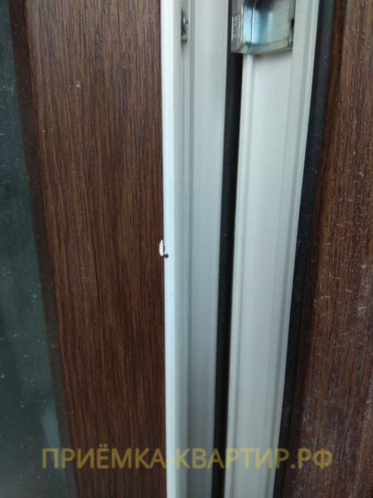 Приёмка квартиры в ЖК Медалист: повреждения на дверном профиле