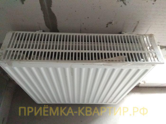 Приёмка квартиры в ЖК Медалист: повреждена и не закреплена решетка радиатора