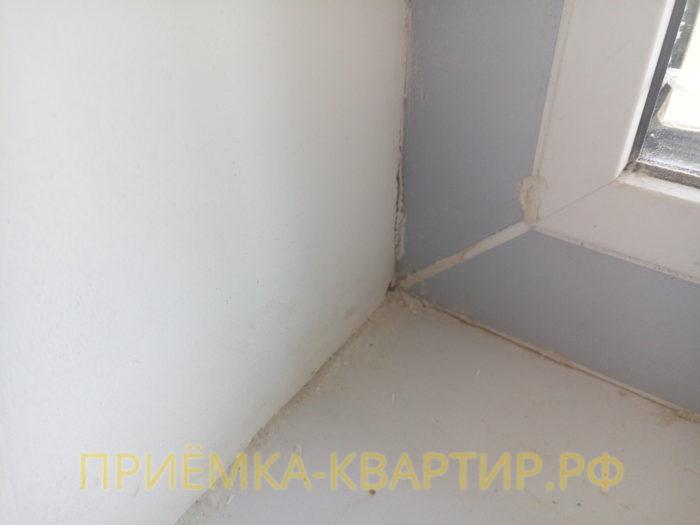 Приёмка квартиры в ЖК Краски Лета: повреждена уплотнительная резинка на оконном блоке