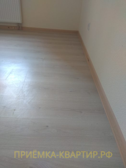 Приёмка квартиры в ЖК : неровности под ламинатом вдоль одной из стен