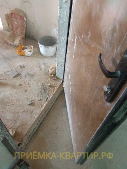 Приёмка квартиры в ЖК Муринский Посад: деформация нижней части входной двери