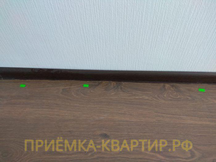 Приёмка квартиры в ЖК Лондон: не правильная подрезка ламината (плинтус не перекрывает щель между ламинатом и стеной)