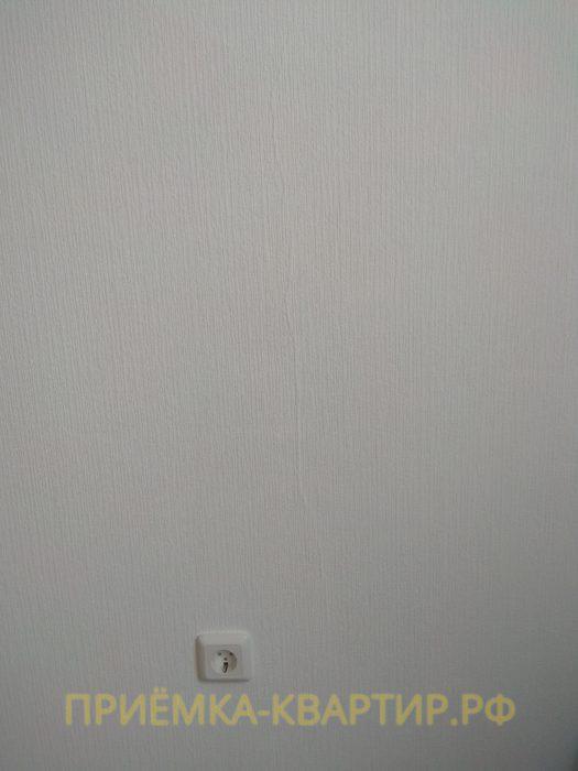 Приёмка квартиры в ЖК Лондон: трещина на стене под обоями