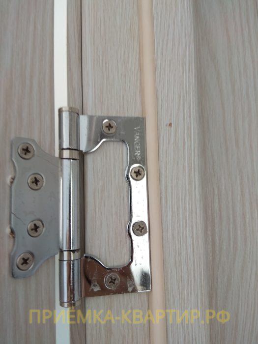 Приёмка квартиры в ЖК Светлановский: повреждено дверное полотно при установке петель