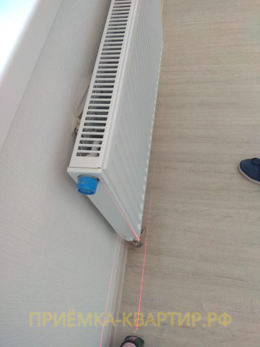 Приёмка квартиры в ЖК Светлановский: некачественная поклейка обоев за всеми радиаторами