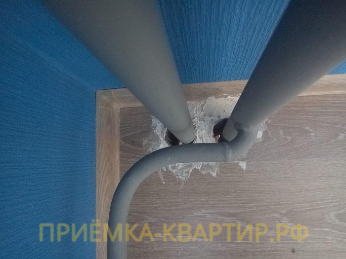 Приёмка квартиры в ЖК Я-Романтик: не зачеканены гильзы труб, следы замазки на ламинате