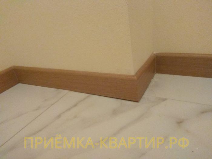 Приёмка квартиры в ЖК Лайф Приморский: не качественная укладка плитки, вследствие чего неплотное прилегание плинтуса