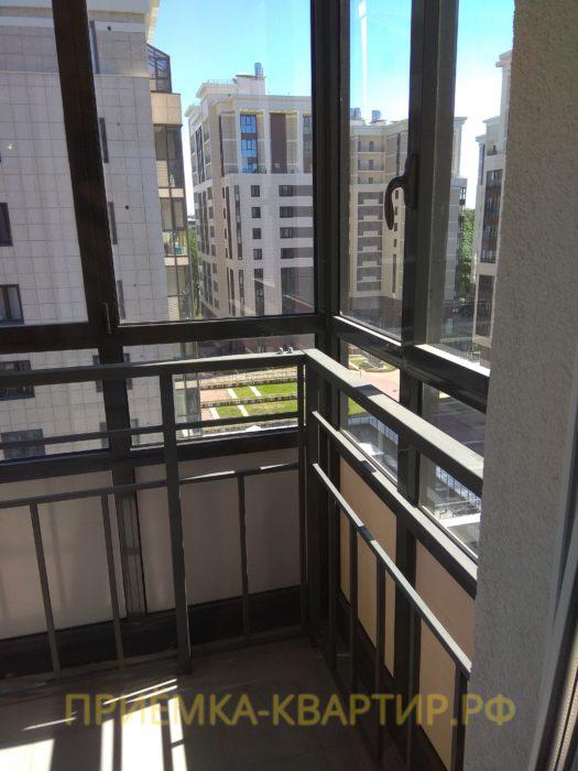Приёмка квартиры в ЖК Лайф Приморский: царапины на балконных стеклах