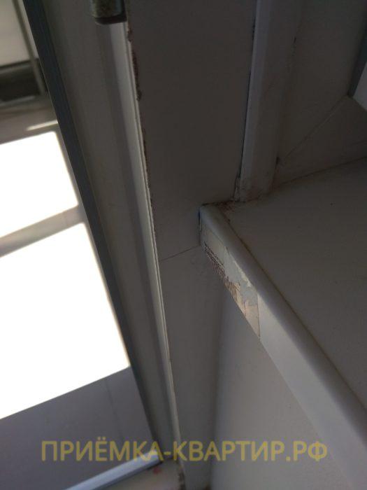 Приёмка квартиры в ЖК Лайф Приморский: царапины на оконных и балконном профилях