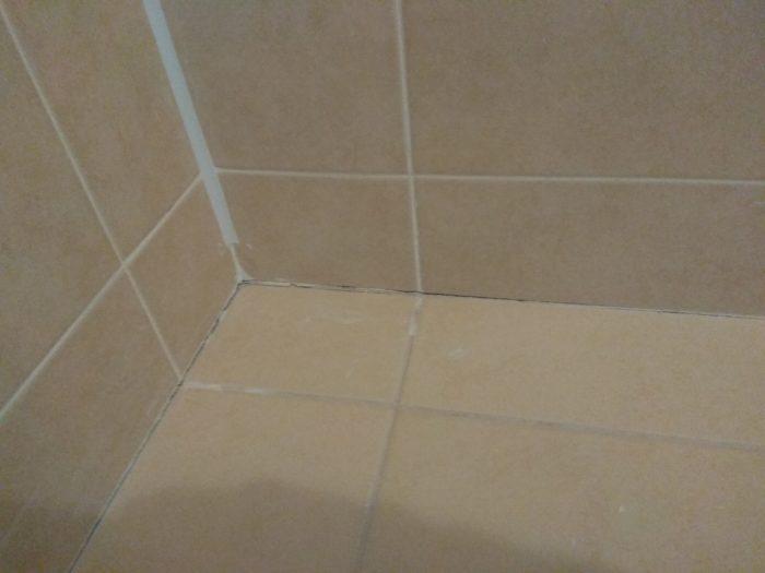 Приёмка квартиры в ЖК Новая Охта: короткая обрезка уголка для кафельной плитки, отсутствует затирка плитки