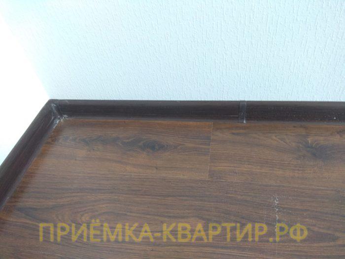 Приёмка квартиры в ЖК Гринландия 2: прогибы под ламинатом по периметру комнаты