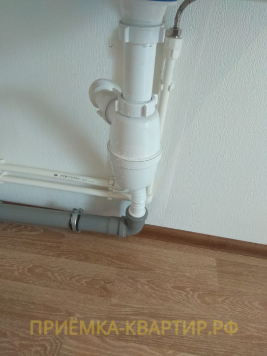 Приёмка квартиры в ЖК Шуваловский: подтекает смеситель под раковиной