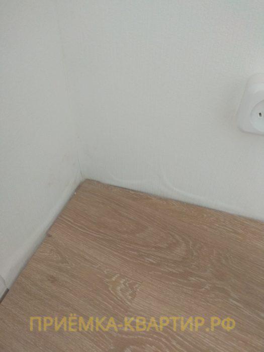 Приёмка квартиры в ЖК Муринский Посад: отклеиваются обои в районе плинтусов