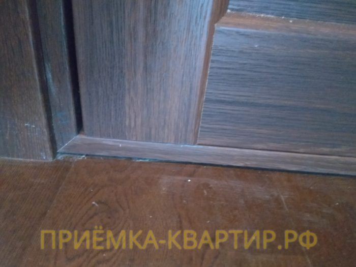 Приёмка квартиры в ЖК Европа Сити: дверное полотно цепляет дверную коробку