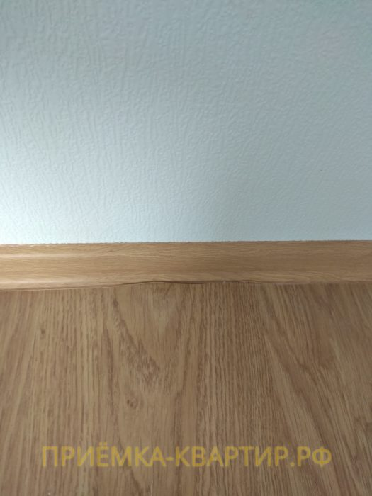 Приёмка квартиры в ЖК София: щель между плинтусом и ламинатом