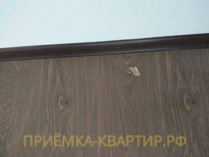 Приёмка квартиры в ЖК Чистое Небо: скол на ламинате
