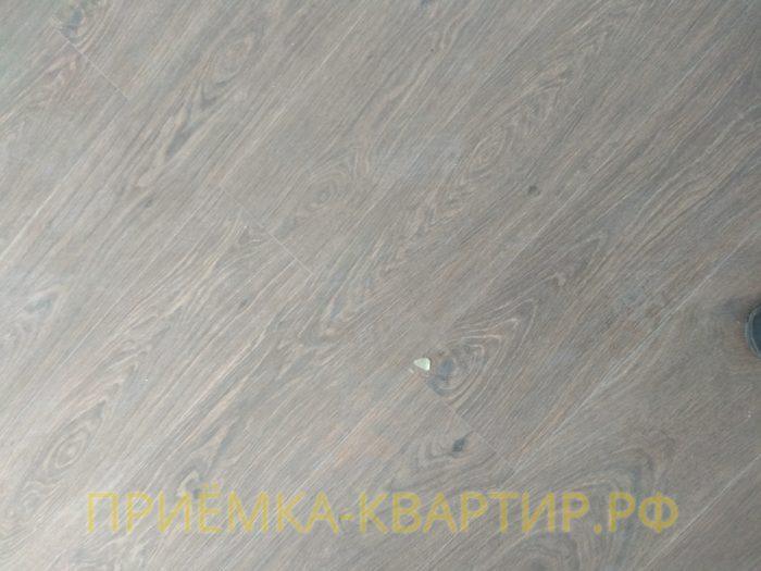 Приёмка квартиры в ЖК Чистое Небо: повреждения на ламинате