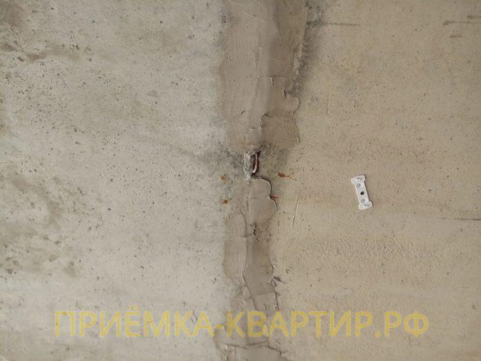 Приёмка квартиры в ЖК Новая Каменка: на потолке не заделан межплитный шов, выступает скоба крепления
