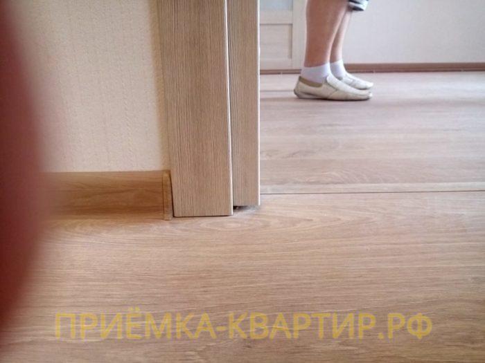 Приёмка квартиры в ЖК Невские Паруса: Коробка дверей подрезана выше уровня напольного покрытия