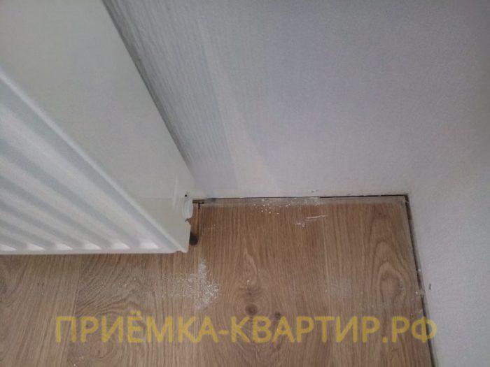 Приёмка квартиры в ЖК Невские Паруса:  Нарушено правило укладки ламината, отсутствует зазор между стеной и напольным покрытием