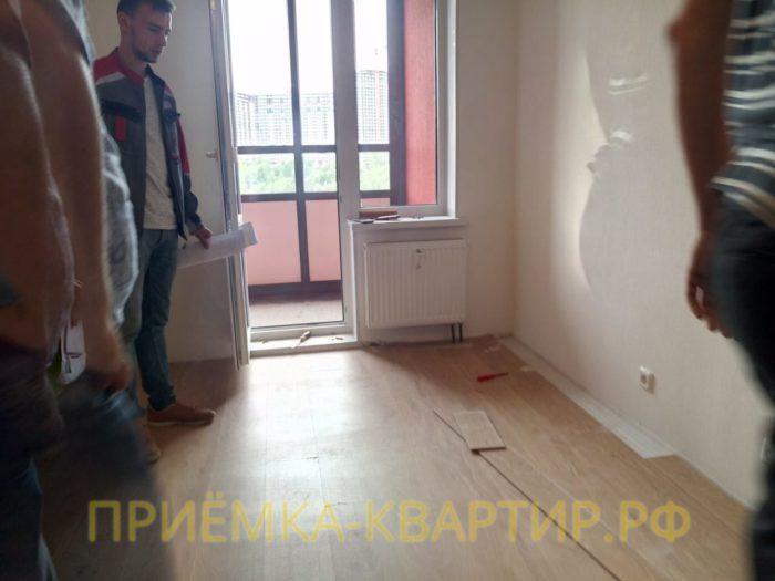 Приёмка квартиры в ЖК Невские Паруса:  При демонтаже напольного покрытия выявлено отсутствие нивелирующей стяжки пола