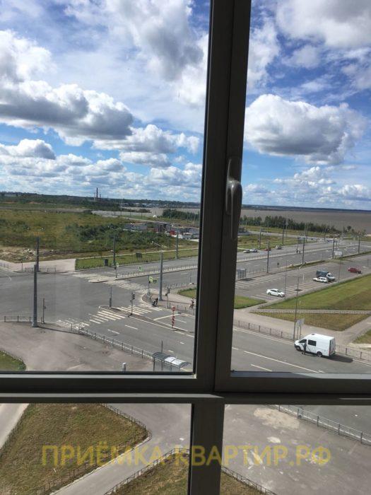 Приёмка квартиры в ЖК Южная Акватория: Левая створка окна измазана краской и декоративной штукатуркой