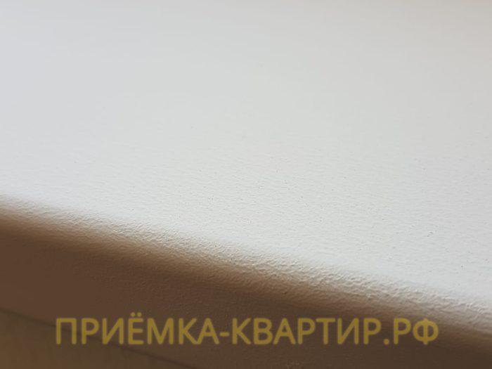 Приёмка квартиры в ЖК Чистое Небо: Подоконник окрашен белой водоэмульсионной краской
