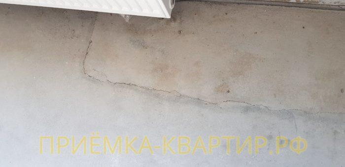 Приёмка квартиры в ЖК Царская Столица: Деформация и трещина в стяжке пола в спальне