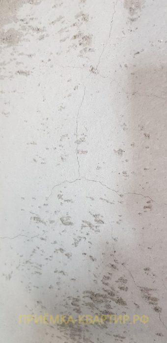 Приёмка квартиры в ЖК Царская Столица: Отслоение штукатурки на стене и видимые деформационные трещины