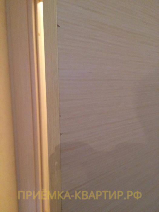 Приёмка квартиры в ЖК Ясно Янино: Сколы ламинации на дверном проёме