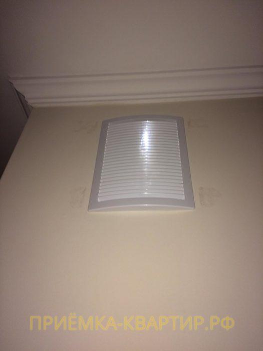 Приёмка квартиры в ЖК Green City: Пятна на обоях возле вентиляционной решётки