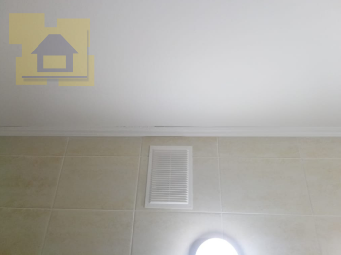 Приёмка квартиры в ЖК Гринландия: Щель на стыке потолочной галтели и потолка, галтель испачкана краской