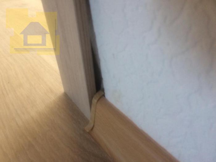 Приёмка квартиры в ЖК Весна 3: Щель возле наличника, отсутствует часть штукатурного слоя