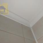 Приёмка квартиры в ЖК Цивилизация: Щели и пропуски по примыкания галтели к потолку и стенам, неравномерно покрашена потолочная галтель