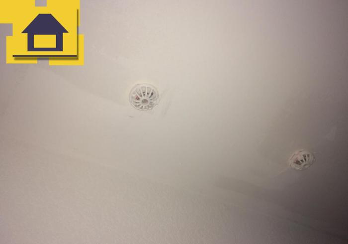 Приёмка квартиры в ЖК Энфилд: Пятна и сколы на потолке