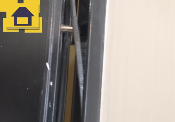 Приёмка квартиры в ЖК Ренессанс: Уплотнитель двери не приклеен в паз