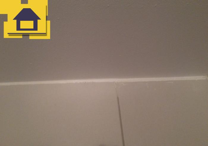 Приёмка квартиры в ЖК Приневский: Шов плитки (примыкание к потолку) 10 мм