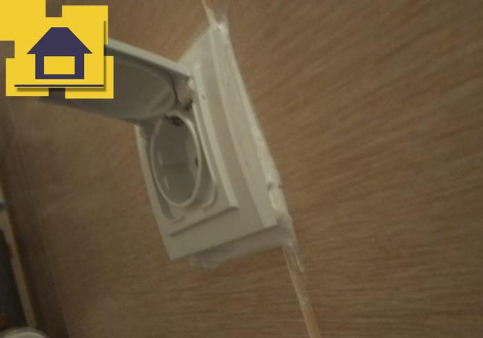 Приёмка квартиры в ЖК Краски Лета: Розетка криво установлена, слишком много силикона