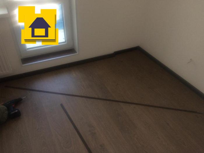 Приёмка квартиры в ЖК Мореокеан: Ламинат со сколами поэтому его пришлось переложить