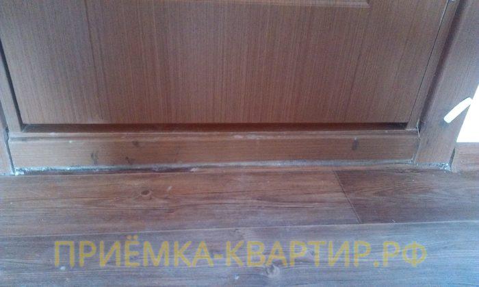 Приёмка квартиры в ЖК Синема: неправильная подрезка наличников двери