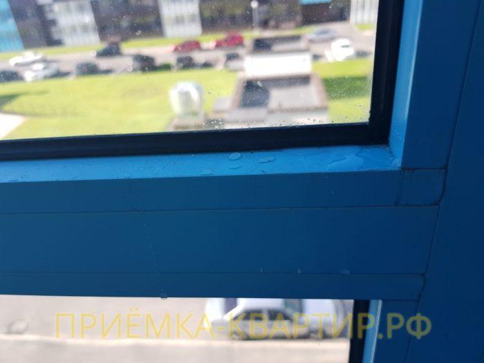 Приёмка квартиры в ЖК Чистое Небо: На фасадном остеклении не герметичный нащельник (присутствует вода)