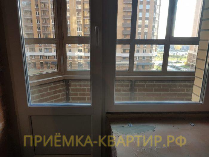 Приёмка квартиры в ЖК Капитал: На балконной двери поцарапан стеклопакет