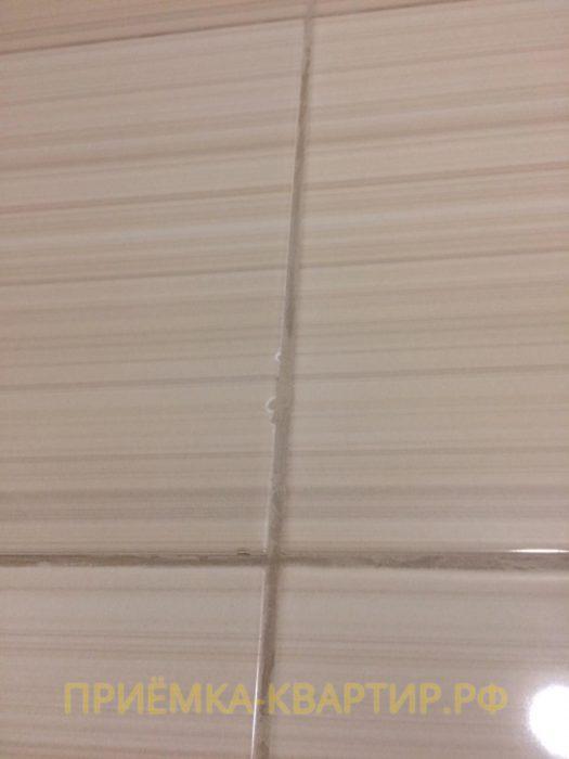 Приёмка квартиры в ЖК Ясно Янино: Скол на плитке 2 мм в ванной